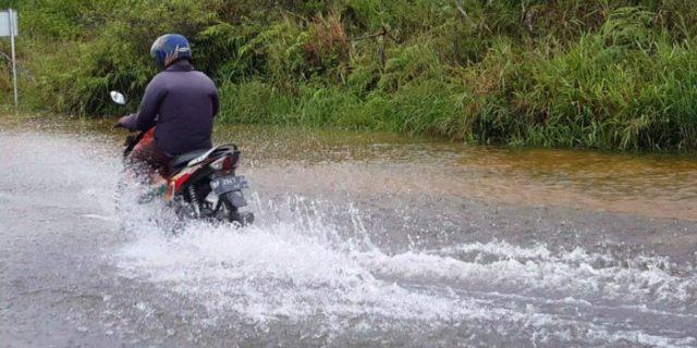 Hujan Mengguyur Bintan Sejak Pagi, Jalanan di Toapaya Ini Berubah Mirip Kolam
