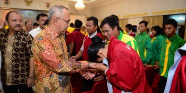 Gubernur Riau Beri Bonus Kepada Atlet Berprestasi