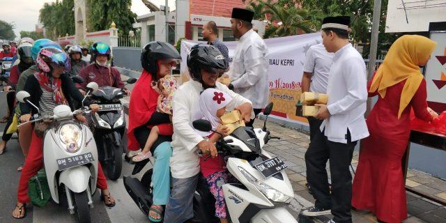 Bank Riau Kepri Berbagi Takjil di Bulan Ramadhan