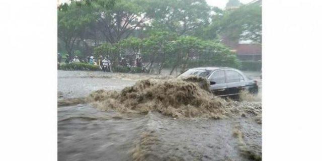 Banjir Bandang Terjang di Bandung, 4 Rumah Terbawa Arus. Begini Kejadiannya