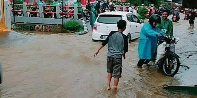Banjir di Jalan Grogol Limo Depok