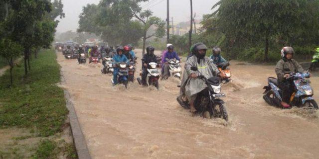 Banjir Genangi Jalan R Suprapto