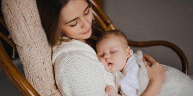 Kenapa Bayi Habis Menyusu Perlu Disendawakan?