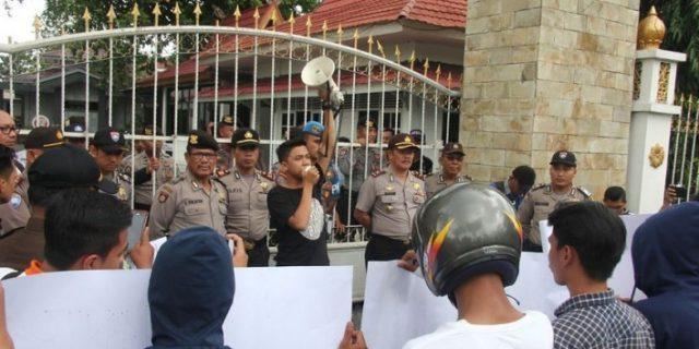 Dilaporkan Ada Demo, Aparat Kepolisian Mulai Berjaga di Kantor DPRD Riau