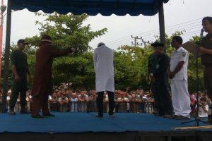 Ketangkap Mesum, Oknum Dokter di Aceh Dicambuk