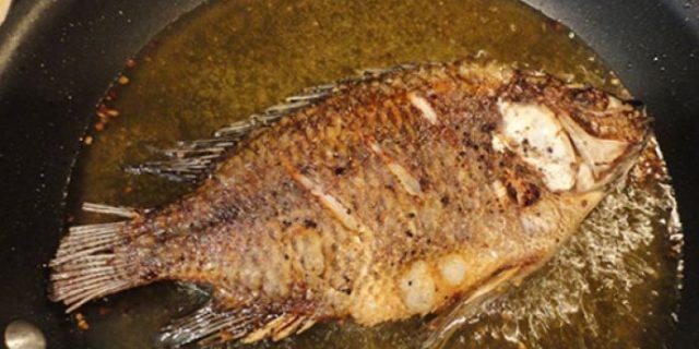 Menggoreng Ikan yang Benar Agar Kulitnya Tak Terlepas!