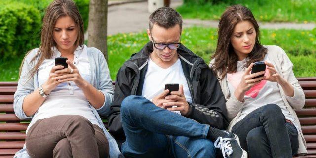 Terlalu Sering Bermain Gadget? Hati-hati Bahaya Penyakit Cyber Sickness