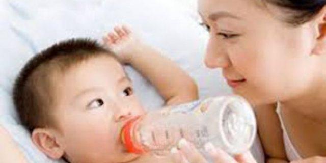 Jangan Biasakan Anak Minum Pakai Dot Sambil Tiduran