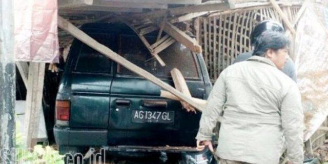 Mobil Ini Tabrak Motor Seruduk Poskamling Dan Terjang Warung Rujak, Satu Tewas