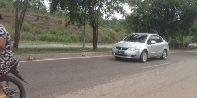 Penyebab Pengendara Motor Jatuh,Karena Tumpahan Solar di Jalan Tembesi